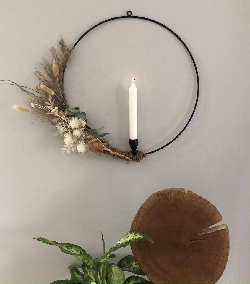 HE139 - Metallring mit Kerzenhalter als Tür oder Wandkranz umwickelt mit Kokosfasernband, dekoriert mit Trockenblumen und Gräsern! Preis 39,90€ Durchmesser 40cm