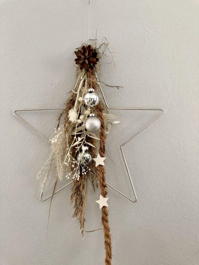 AW167 - Stern aus Metall als Tür oder Wandkranz dekoriert mit Trockenblumen, Gräsern, Band, Kugeln und Sternen! Preis 29,90€ Größe 30cm