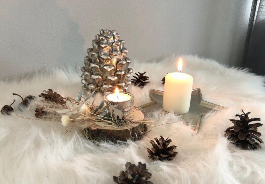 AW172 - Kleine Adventsdeko auf Baumscheiben, dekoriert mit einem Teelichtglas,, Trockenblumen und einem kleinen Elch! Preis 19,90€ (Preis ohne Kerze) Durchmesser ca. 10cm Aluminiumschale Stern Preis 9,90€ (Preis ohne Kerze) Größe 10×2,5cm