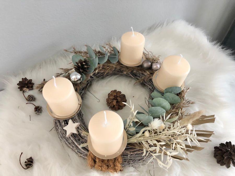 AW173 - Adventskranz aus Holzgeflecht, dekoriert mit Gräsern, Trockenblumen, Kerzenteller, Sternen, Kugeln und Kokosfaserband! Preis 44,90€(Preis ohne Kerzen) Durchmesser 30cm