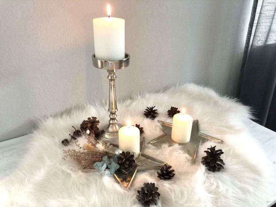 AW174 - Kleine schlichte Adventsdeko auf Stern aus Aluminium, dekoriert mit Trockenblumen und Kerze! Preis 24,90€ Aluminiumschale Stern Preis 9,90€ ( Preis ohne Kerze)Größe 10×2,5cm Kerzenständer aus Metall Preis 19,90€ (ohne Kerze) Größe 9x10x23cm