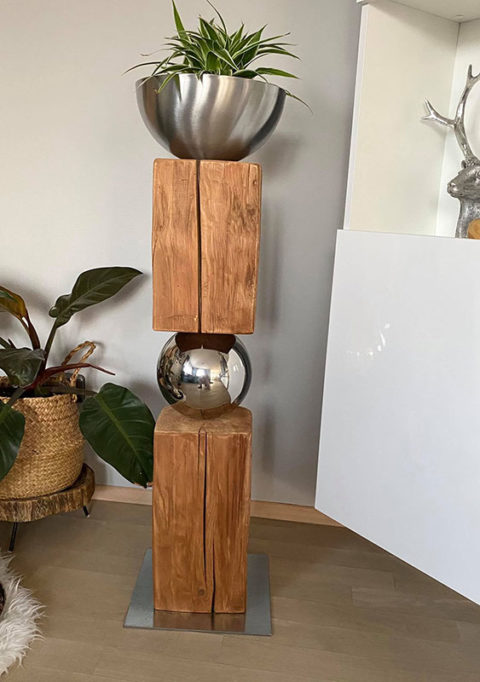 GS133 - Exklusive Dekosäule! Altes Holz zweigeteilt, verbunden mit einer Edelstahlkugel auf Metallplatte und einer Edelstahlschale zum bepflanzen, Höhe 105 cm! Preis 179,90€