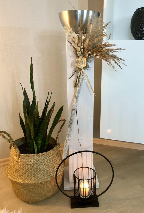 GS131 - Große Säule aus neuem Holz weiß gebeizt, dekoriert mit Gräsern und Trockenblumen und einer Edelstahlschale zum bepflanzen oder als Kerzenhalter! Preis ohne Kerze 84,90€ Höhe ca. 100cm