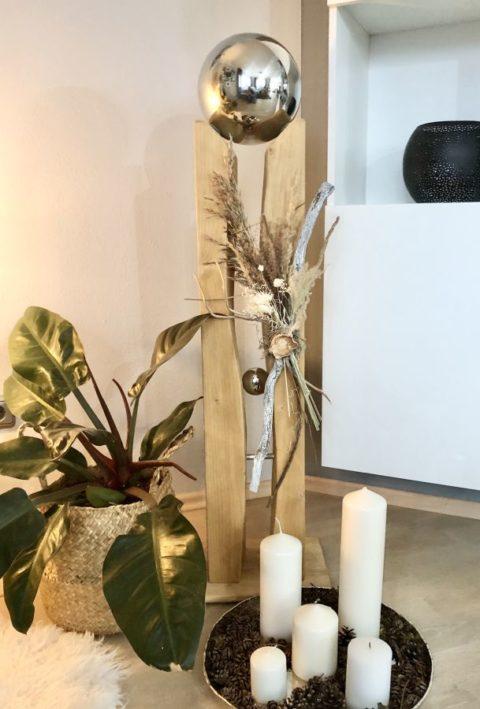 GS132 - Große gespaltene Säule aus neuem Holz eichefarbig gebeizt, dekoriert Gräsern und Trockenblume, einer kleinen und einer großen Edelstahlkugel, die herausnehmbar ist! Preis 149,90€ Höhe ca. 110cm
