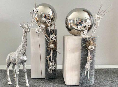 HE140 - Kleine Dekosäulen aus neuem Holz, weiß gebeizt, dekoriert mit Filzband, natürlichen Materialien, einer Edelstahlkugel und Metallblättern! Preis 39,90€ Höhe 32cm Preis 44,90€ Höhe 35cm
