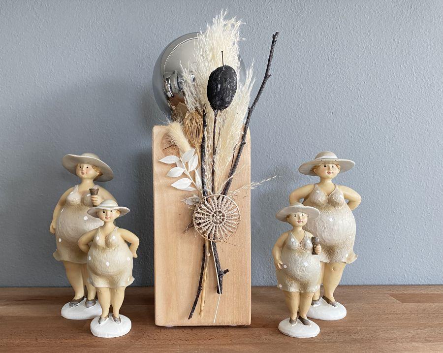 KL100 - Kleine Dekosäule aus neuem Holz, dekoriert mit natürlichen Materialien, Trockenblumen, einer Edelstahlkugel und einem Ornamentteilchen! Preis 44,90€ Höhe 35cm