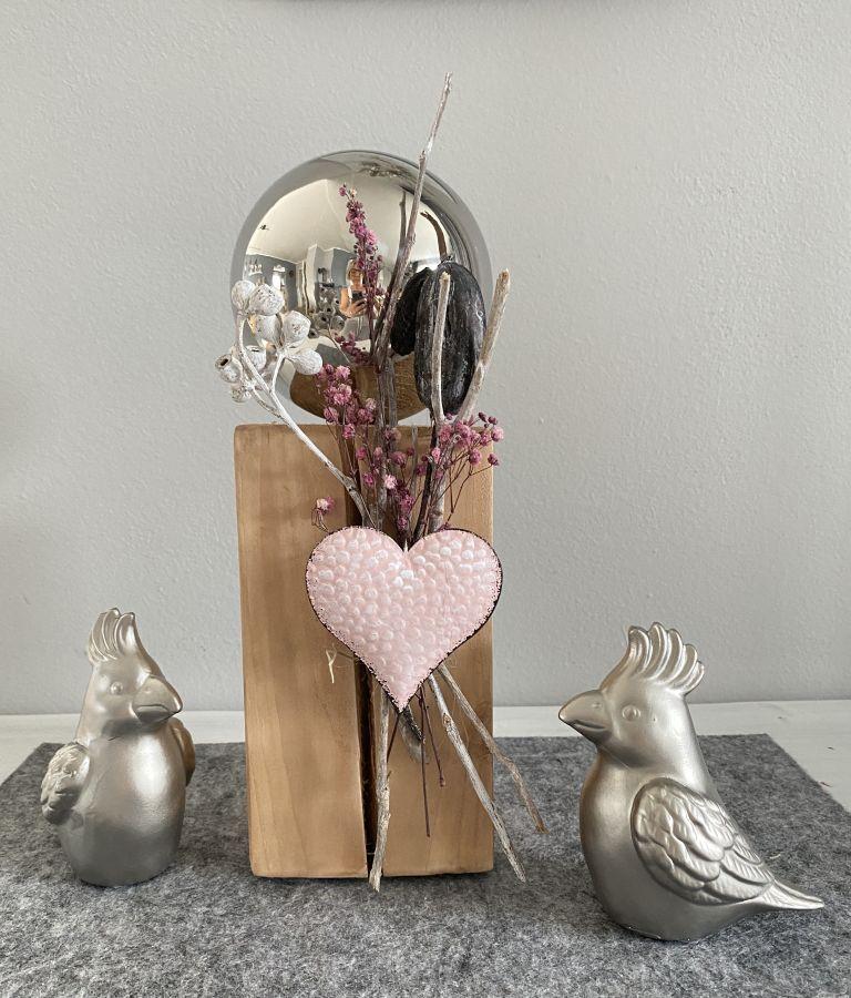 KL99 - Kleine Dekosäule aus neuem Holz, dekoriert mit natürlichen Materialien , Trockenblumen und einem Metallherz! Preis 44,90€ Höhe ca. 32cm Papagei aus Keramik Preis 6,90€ Größe 11x12cm