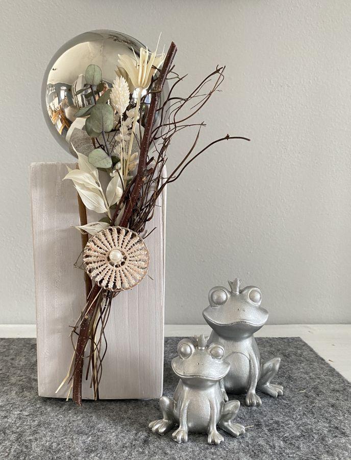 KL98 - Kleine Dekosäule aus neuem Holz, dekoriert mit natürlichen Materialien, Trockenblumen, einer Edelstahlkugel und einem Ornamentteilchen! Preis 44,90€ Höhe ca. 35cm Fröschkönig sitzend! Preis 5,90€ Größe 7,5x5x8cm Preis 8,90€ Größe 9,5x7x11cm