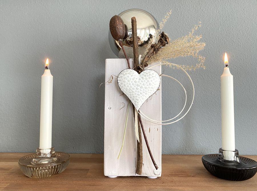 KL97 - Dekosäule aus neuem Holz, dekoriert mit natürlichen Materialien, Trockenblumen und einem Metallherz! Preis 44,90€ Höhe ca.35cm Kerzenhalter aus Glas der für Stabkerzen und Teelichter verwendbar ist! Preis 8,90€ Größe 10x5cm