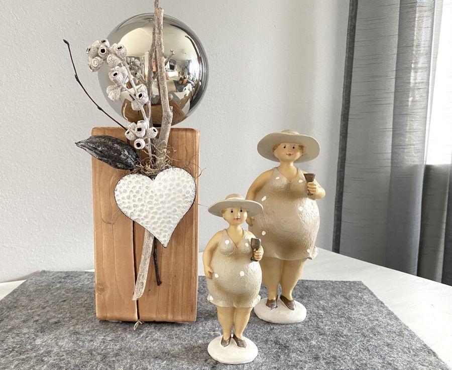 KL96 - Kleine Dekosäule aus neuem Holz, dekoriert mit natürlichen Materialien, einer Edelstahlkugel und einem Metallherz! Preis 44,90€ Höhe ca. 32cm