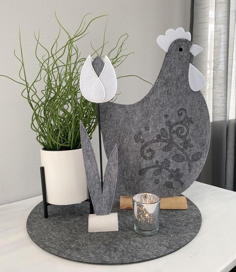 TD573 - Hahn aus Filz auf Holzfuß Preis 14,90€ Größe 42x27x5cm Keramiktopf auf Metallfuß Preis 14,90€ (Preis ohne Pflanze) Größe 16x11cm Künstliche Pflanze Preis 14,90€ Glasteelicht Preis 2,90€ Größe 6,5x5,5cm