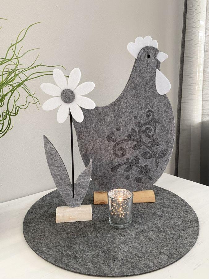 TD571 - Hahn aus Filz mit Ornamentdruck auf Holzfuß Preis 14,90€ Größe 42x27x5 cm Margerite aus Filz Preis 4,90€ Größe 34x7x5cm Teelichtglas Preis 2,90€ Größe 6,5x5,5cm