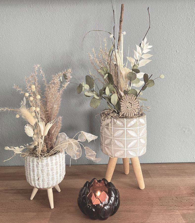 TD602 - Zementtopf auf Holzfuß, dekoriert mit Trockenblumen! Preis 19,90€ Gesamthöhe ca. 25cm Preis 29,90€ Gesamthöhe ca.45cm Teelichtglas Lotusblüte Preis 8,90€ Größe 8x5,5cm