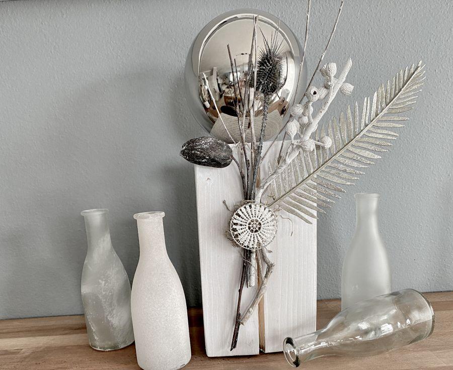 TD601 - Dekosäule aus neuem Holz, dekoriert mit natürlichen Materialien, einer Metallfeder, großer Edelstahlkugel und einem Ornamentteilchen! Preis 64,90€ Höhe ca. 45cm 4er Set Glasflaschen Preis 14,90€ Höhe 26,5cm