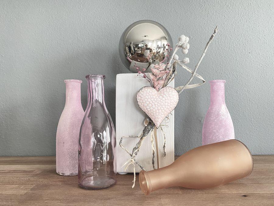 TD599 - Kleine Dekosäule aus neuem Holz, dekoriert mit natürlichen Materialien , Trockenblumen und einem Metallherz! Preis 44,90€ Höhe ca. 32cm 4er Set Flaschen! Preis 14,90€ Höhe 26,5 cm