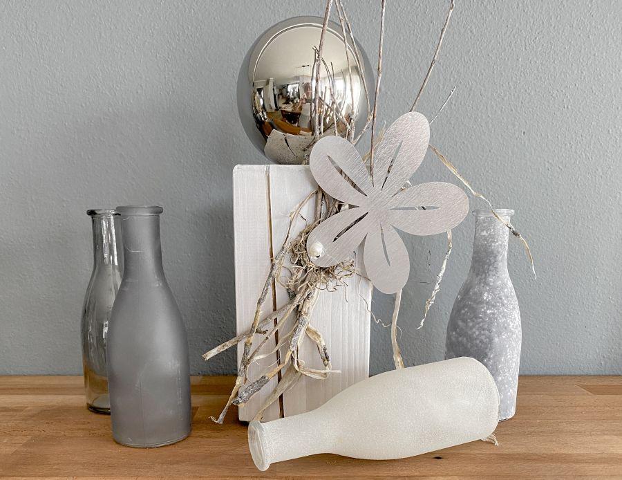 TD598 - Kleine Dekosäule aus neuem Holz weiß gebeizt, dekoriert mit natürlichen Materialien und einer Metallblume! Preis 44,90€ Höhe ca.32cm 4er Set Flaschen Preis 14,90€ Höhe 26,5cm