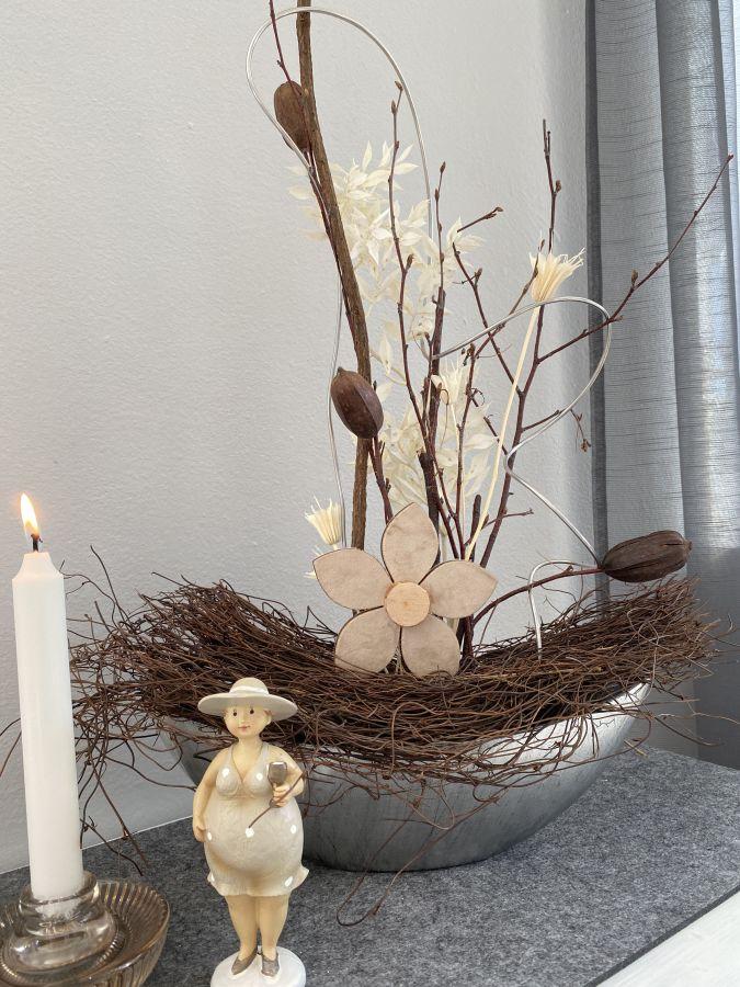 TD592 - Silberfarbene Schale aus Kunststoff, dekoriert mit natürlichen Materialien, Trockenblumen und einer Holzblume! Preis 39,90€ Breite 35cm Höhe ca. 55cm Figur Kerzenhalter aus Glas für Stabkerzen und Teelichter Preis 8,90€ Größe 10x5cm