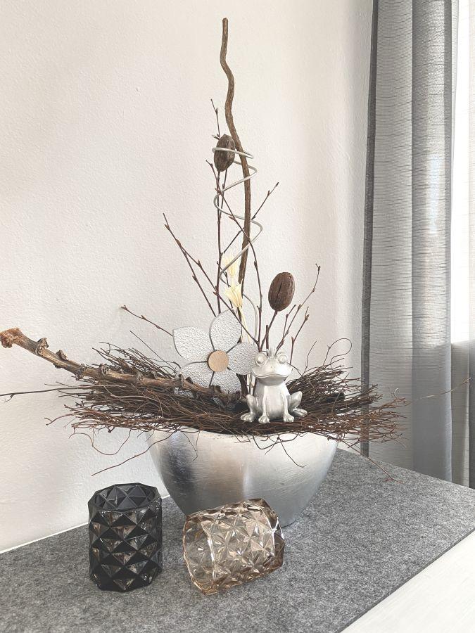TD591 - Silberfarbene Schale aus Kunststoff, dekoriert mit natürlichen Materialien, Trockenblumen, einer Holzblume und einem Froschkönig! Preis 44,90€ Breite 25cm Höhe ca. 55cm Teelichtgläser in zwei Farben! Preis 4,90€ Größe 7x7,5cm