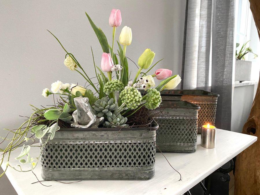 TD588 - Metallkasten zum Bepflanzen in antikgrau! Preis 14,90€ Größe 16x12,5x28cm (Preis ohne Deko) Preis 24,90€ Größe 22x17x38cm (Preis ohne Deko) Setpreis 54,90€ Gesteck aus künstlichen Blumen, Naturmaterial und Frosch! Preis 49,90€ Kerzenständer in massivem Metall, beidseitig verwendbar als Teelichthalter oder Stabkerze! Preis 9,90€ Größe 5x7cm