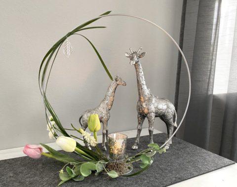 TD579 - Loop aus Metall in silberfarbig, dekoriert mit künstlichen Blumen und Teelichtglas! Preis 39,90€ Durchmesser 40cm Giraffe aus Polystein! Preis 29,90€ Größe 15,5×25,5cm Preis 44,90€ Größe 23x34cm