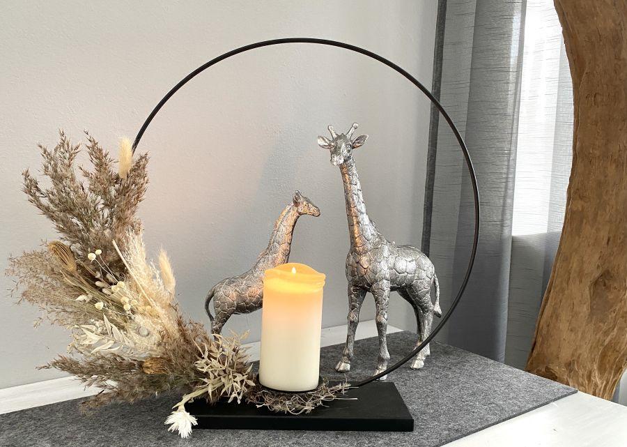 TD578 - Metallring auf Fuß, dekoriert mit Gräsern und Trockenblumen und Kerzenhalter! Preis 49,90 (Preis ohne Kerze) Durchmesser 40cm Giraffe aus Polystein! Preis 29,90€ Größe 15,5×25,5cm