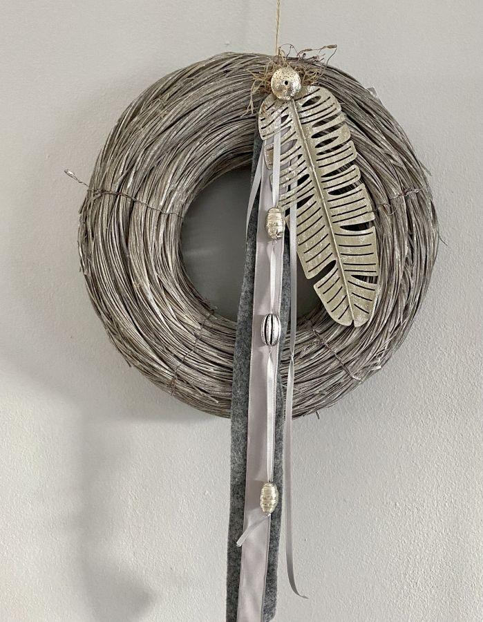 WD144 - Tür- oder Wandkranz aus Holzgeflecht, dekoriert mit Bändern, Metallornamenten und einer Metallfeder! Preis 49,90€ Durchmesser 35cm Preis 44,90€ Durchmesser 30 cm