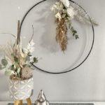 WD142 - Metallring als Tür- oder Wanddeko, dekoriert mit natürlichen Materialien, Trockenblumen, einer Metallfeder und Ornamentteilchen! Preis 44,90€ Durchmesser 40 cm Papagei aus Polystein Preis 6,90€ Größe 12x11x7cm