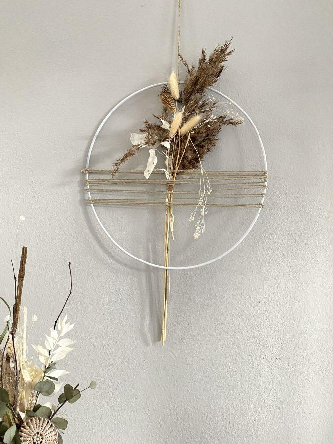 WD141 - Metallring als Tür- oder Wanddeko, dekoriert mit Juteband und einem Trockenblumenstrauß! Preis 29,90€ Durchmesser 30 cm Preis 34,90€ Durchmesser 40cm