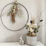 WD139 - Metallring als Tür- oder Wanddeko, dekoriert mit natürlichen Materialien, Trockenblumen, einer Metallfeder und Ornamentteilchen! Preis 44,90€ Durchmesser 40 cm Papagei aus Polystein Preis 6,90€ Größe 12x11x7cm