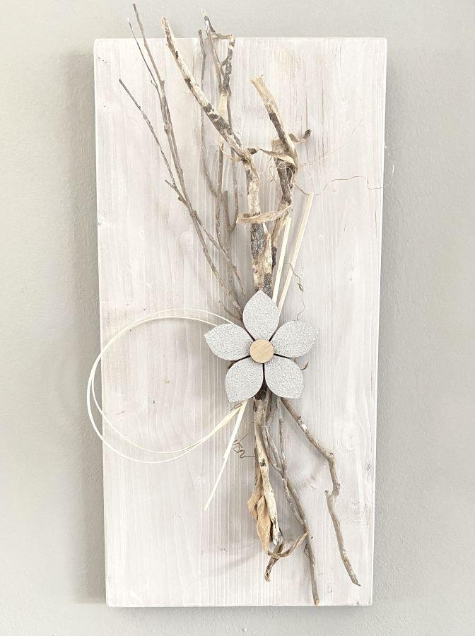 WD150 - Wanddeko aus neuem Holz weiß gebeizt, dekoriert mit natürlichen Materialien und einer Holzblüte! Preis 49,90€ Größe 30x60cm