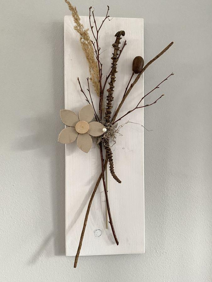 WD143 - Wanddeko aus neuem Holz weiß gebeizt, dekoriert mit natürlichen Materialien, Trockenblumen und einer Holzblüte! Preis 44,90€ Größe 20x60cm