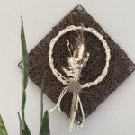 WD155 - Geflochtenes Wandelement, dekoriert mit Trockenblumenstrauß und Metallring mit Baumwollband umwickelt! Preis 44,90€ Preis ohne Deko 7,90€ Größe 30x30cm