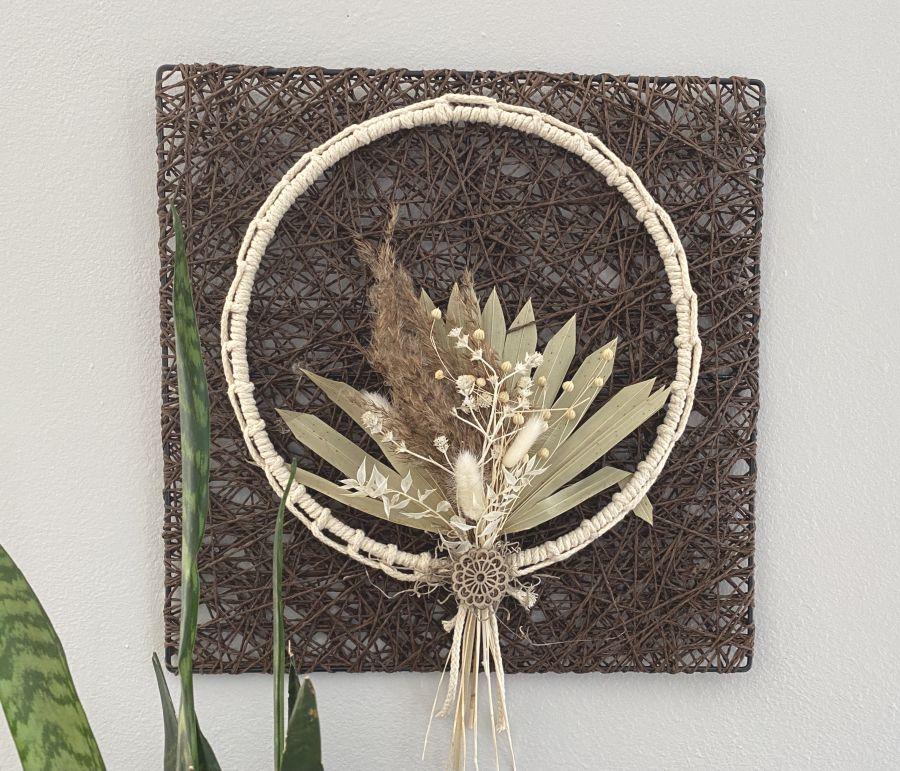 WD154 - Geflochtenes Wandelement, dekoriert mit Trockenblumenstrauß und Metallring mit Baumwollband umwickelt! Preis 54,90€ Preis ohne Deko 9,90€ Größe 40x40cm