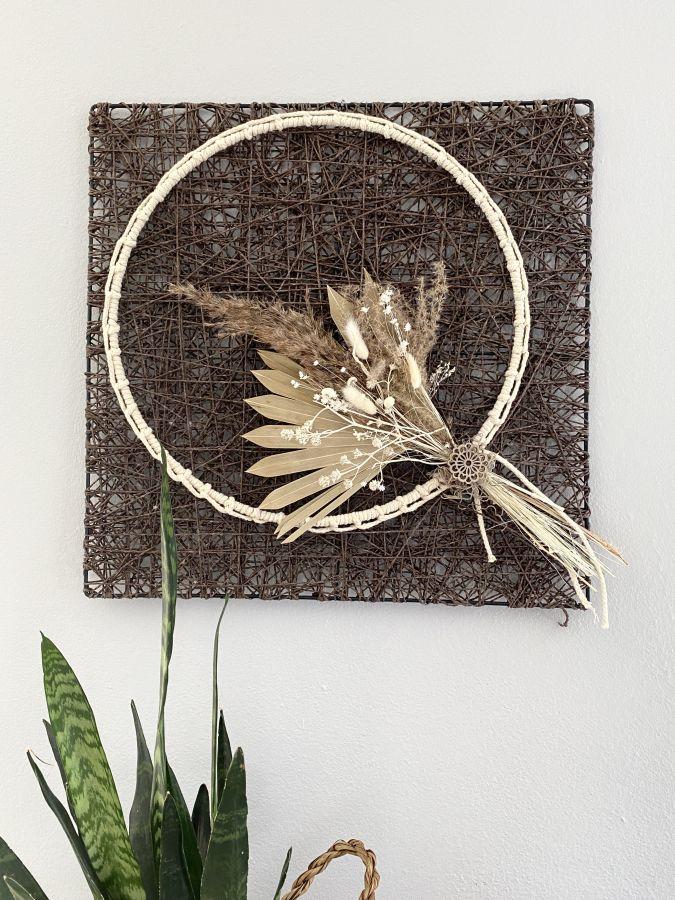 WD153 - Geflochtenes Wandelement, dekoriert mit Trockenblumenstrauß und Metallring mit Baumwollband umwickelt! Preis 59,90€ Preis ohne Deko 14,90€ Größe 50x50cm