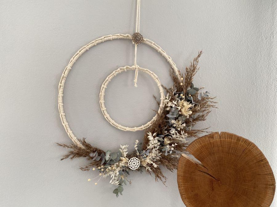 WD152 - Geflochtene Ringe als Tür, Wand oder Fensterdeko! Dekoriert mit Trockenblume und Ornamentteilchen aus Holz! Preis 84,90€ Durchmesser 40cm